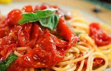 Spaghetti-con-pomodoro-e-basilico