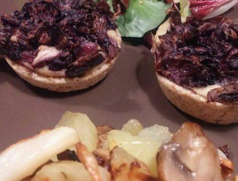 Tartellette integrali al radicchio e crema di ceci, insalatina, patate al forno con topinambur e funghi.